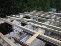 Монтаж деревянных балок перекрытия.